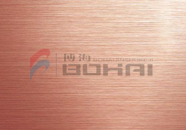 真空拉丝玫瑰金彩色不锈钢板在生产过程中,通过拉丝处理的不锈钢板,再用真空镀膜技术在其表面镀上一层微米级厚度的钛金材料,使其具有良好的耐磨性、耐腐蚀性和环保型,亦由于不同的钛金镀层在光照下显示出不要同的颜色,使得真空玫瑰金拉丝不锈钢板在各种应用中给体验者带来高贵奢华的享受。